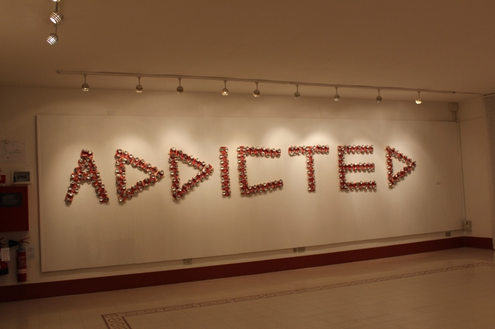 addicted-sculpture-2013-recycled-coca-cola-cans-anthony-moman