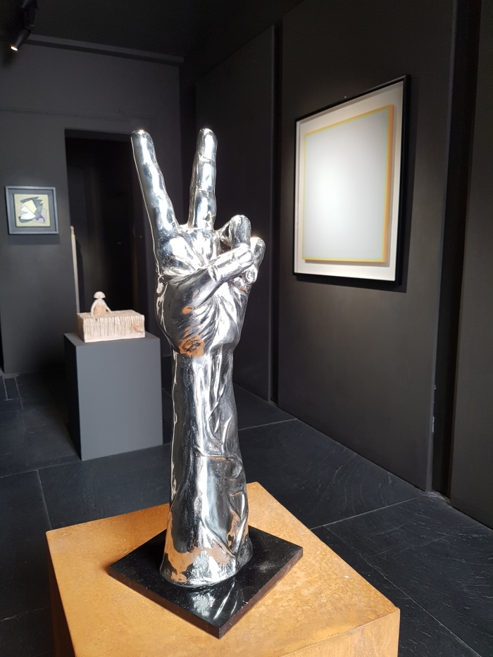 la-vita-e-bella-hand-bronze-sculpture-moman