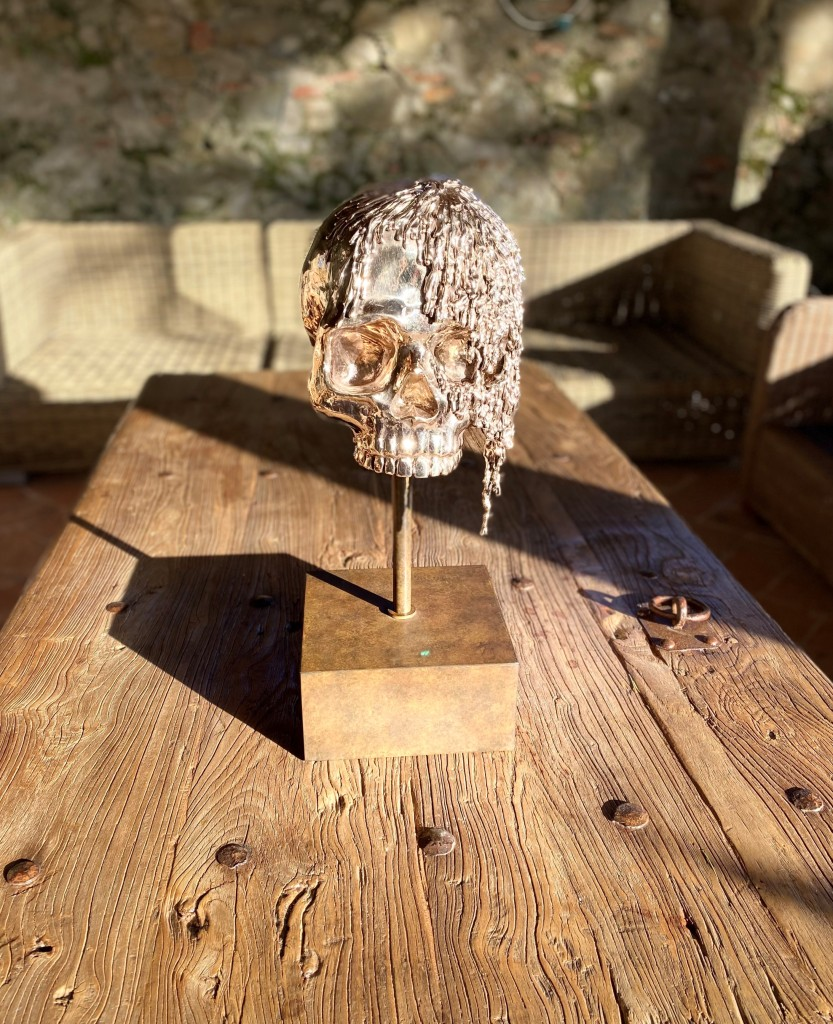 Gold skull sculpture Anthony Moman